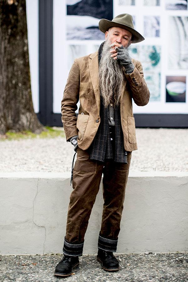 グレイッシュグリーンハット×ベージュテーラードジャケット×グレーシャツ×グレー系チェックマフラー×ブラウンパンツ×黒ワークブーツ