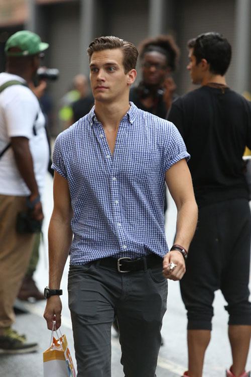 半袖青ギンガムチェックシャツ×グレーパンツ