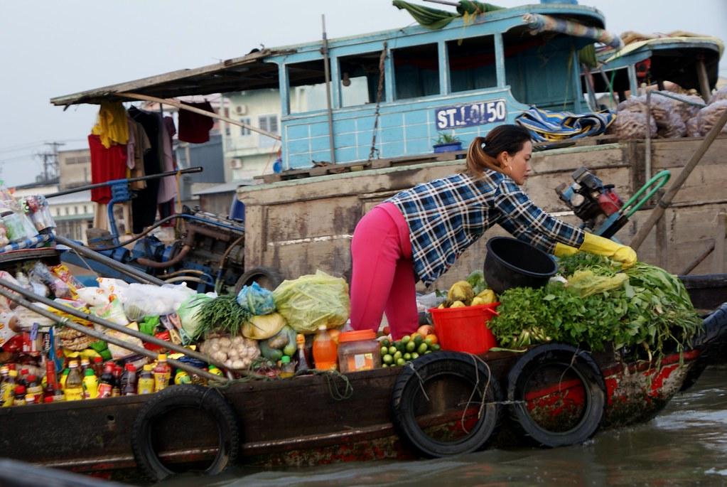 Epicerie flottante au marché de Cai Rang près de Can Tho dans le delta de Mékong.