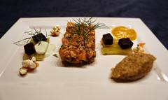Lachstartar mit Gurkensticks und Rote-Beete-Würfe…
