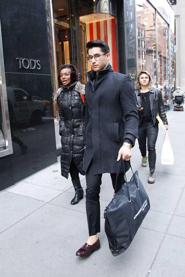 黒コート×黒スラックス×ブラウンタッセルローファー