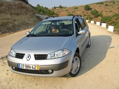 sedan(0.0), automobile(1.0), family car(1.0), vehicle(1.0), renault mã©gane(1.0), land vehicle(1.0), hatchback(1.0),