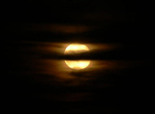 La luna me observa tras su cortina de nubes / Moon look at me behind her curtain of clouds