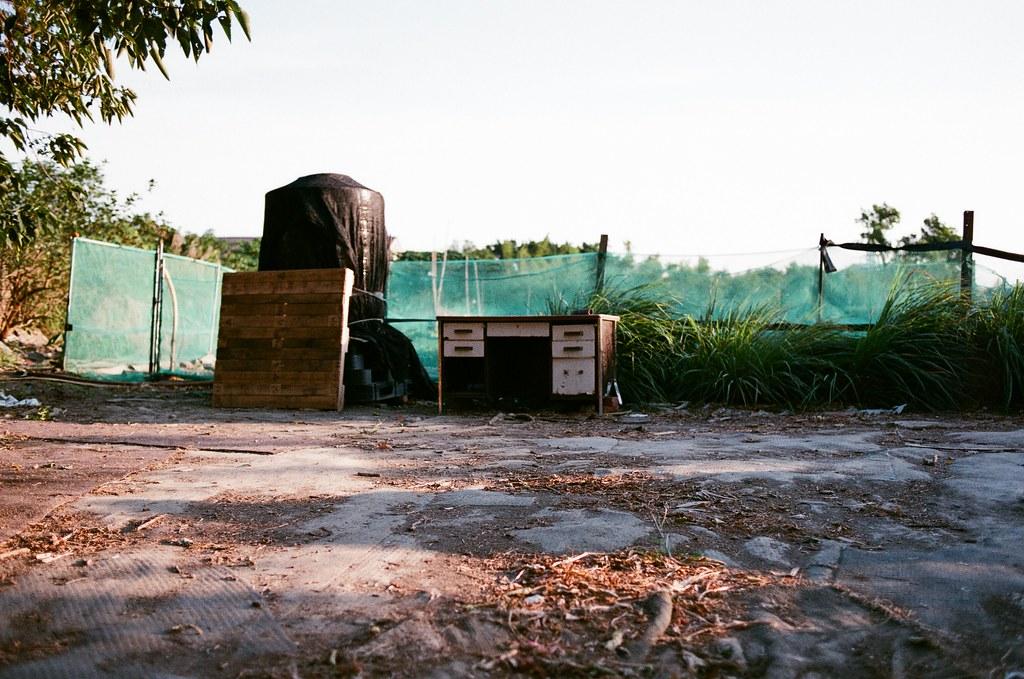 社子島 Taiwan 2015/11/28 在社子島走走拍拍,還是一個很悶的下午,這裡真的很安靜,但是一如往常,只要太安靜,我自己就會走著走著哭起來,也不知道什麼時候才會停止。  其實也習慣了,就繼續拍照這樣。  Nikon FM2 Nikon AI AF Nikkor 35mm F/2D FUJICOLOR 業務用 ISO400 4047-0031 Photo by Toomore