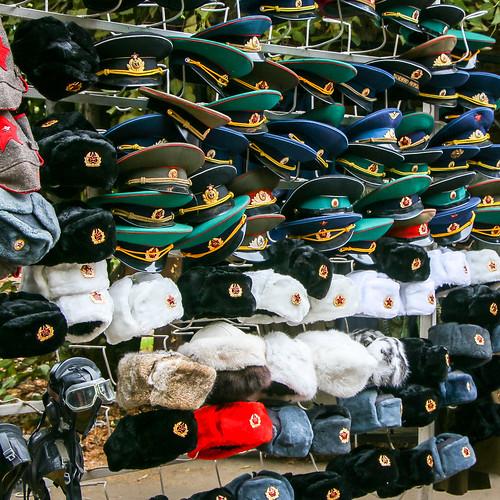 Russian military hat shop at Izmailovsky flea market, Moscow, Russia モスクワ、ヴェルニサージュ(蚤の市)のロシア軍用帽子屋