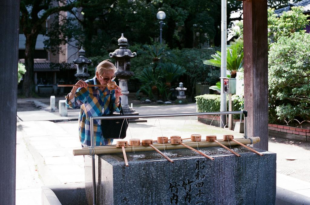 崇福寺 福岡 Fukuoka 2015/09/03 我記得不可以用嘴直接碰杓子,要接到手中,但好像很多日本人會直接這樣 XD  Nikon FM2 / 50mm AGFA VISTAPlus ISO400 Photo by Toomore