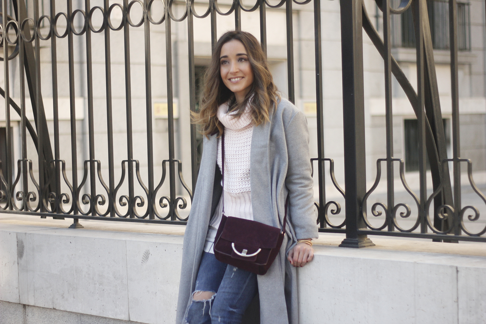 Grey coat with pink sweater jeans burgundy purse uterqüe outfit streetstyle11
