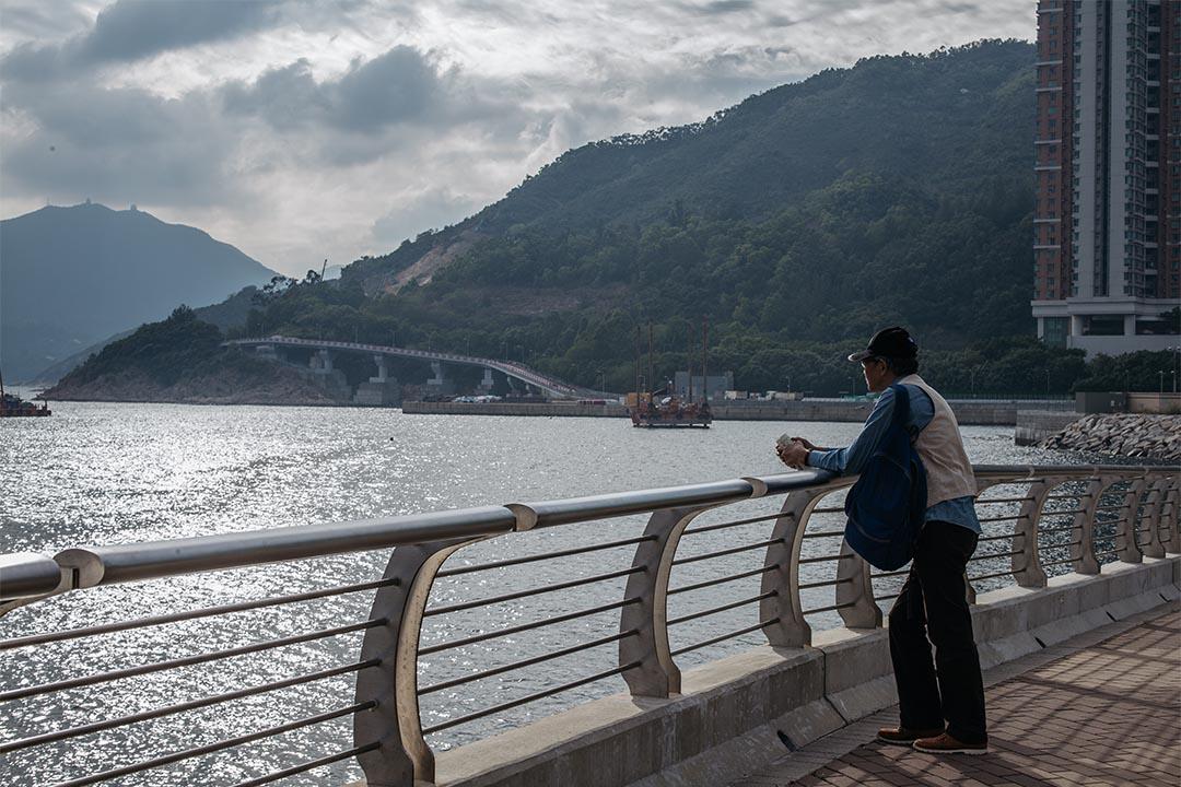 離開海傍前,林榮基走到欄杆處遠眺山海。
