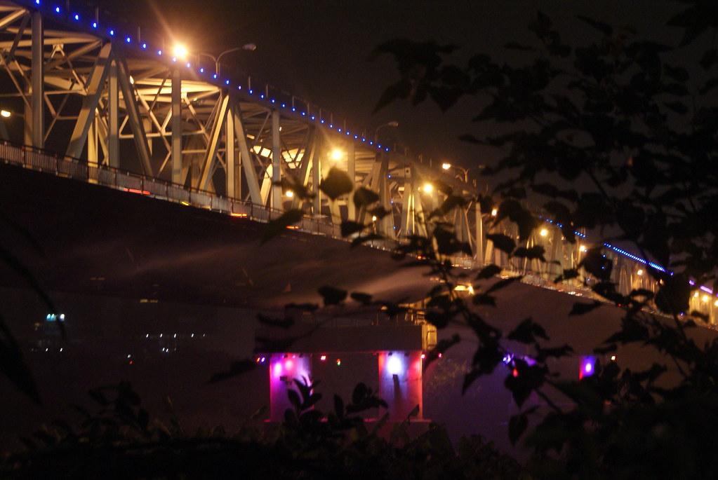 Pont Cầu Chương Dương à Hanoi la nuit tombée.