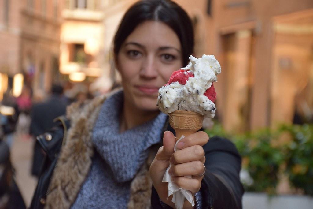 Comiendo un helado en Roma. ¿Será un antojo o pura gula?