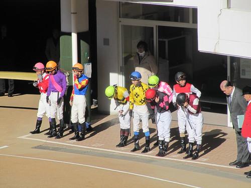 中山競馬場のパドックでのジョッキー整列