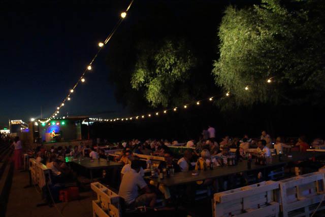 Des concerts et des DJs rhytment les soirées lorsque des films ne sont pas projetés