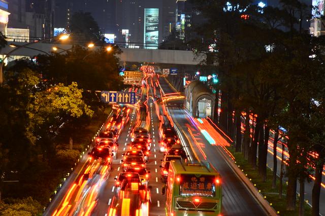 市區依序行駛的車輛