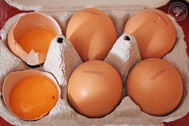 Yema confitada con ajo negro y patatas rotas www.cocinandoentreolivos.com (9)