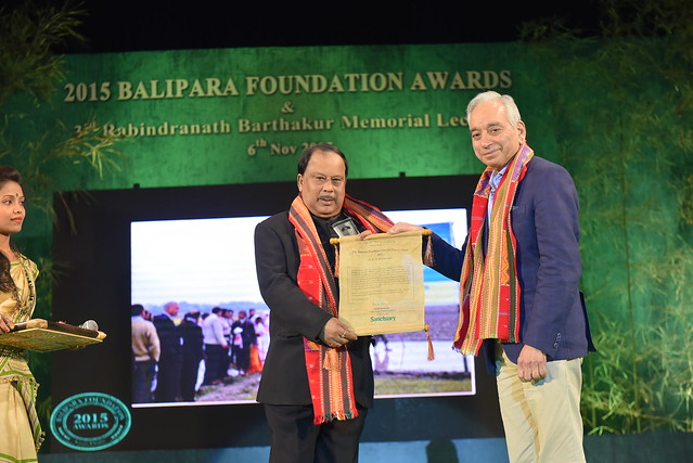 Shri K.M. Bujarbaruah, Vice Chancellor, Asssam Agricultural University, Winner of 2015 Balipara Foundation Food for Future Award,receiving the Award from Professor Kamal Bawa, Founder ATREE