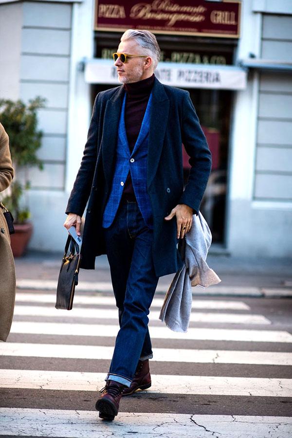 ネイビーダブルブレストチェスターコート×青ウィンドペンジャケット×紫タートルネックニット×デニムパンツ×ブラウンレースアップブーツ