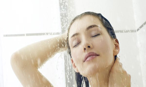 Nếu bạn có làn da khố, tốt nhất bạn nên tắm vào ban đêm. Ảnh minh họa.
