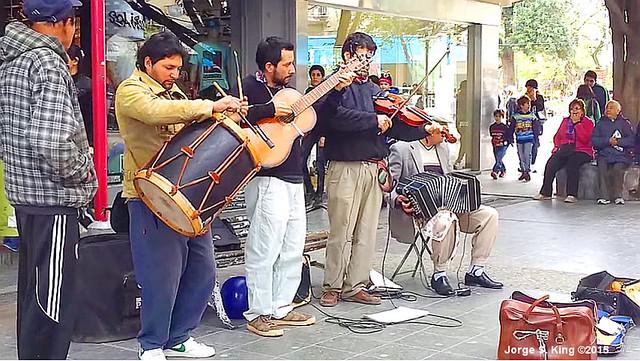 Folkloreando en la peatonal