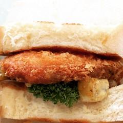 kujaku curry's katsu sandwich. a whole boneless pork chop cooked to perfection, spicy curry sauce, rakkyo (pickled onions) and sautéed onions. eat with a knife & fork♡  #クジャクカリー #石橋 #大阪 #カツサンド #kujakucurry #ishibashi #osaka #katsusandwich #japan
