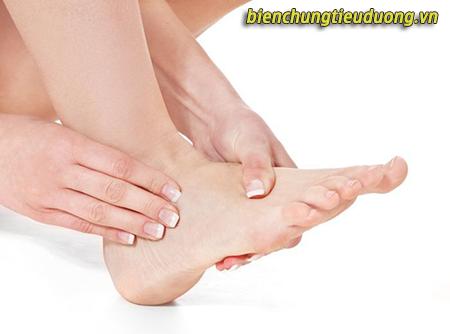 Tê bì chân tay – biểu hiện của biến chứng thần kinh do đái tháo đường