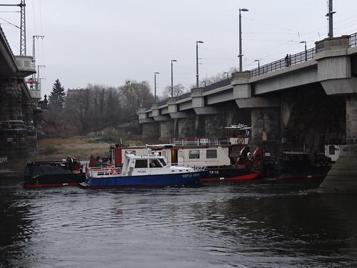 Eine Schiffskatastrophe unter der Marienbrücke 1978 auf der Elbe in Sachsen, bei der Havarie hat der Schlepper eines tschechoslowakischen Schiffsverbandes einen Motorschaden, wirft Anker und verliert die Kontrolle über seine beiden Frachtkähne, ein Frachter treibt quer zur Marienbrücke