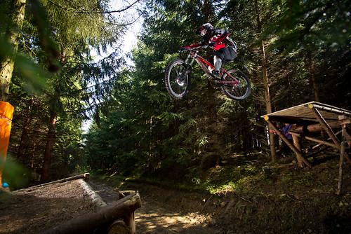 Užijte si celý den na zapůjčeném sjezdovém kole v bikeparku PEKLÁK s 50% slevou