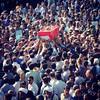 همکاران عکاس امروز زحمت زیادی کشیدند برای به تصویر کشیدن روزی که شهر عزادار بود. بین آن همه این یکی را انتخاب کردم. مثل حج است. همه به سمت مرکز و دستهایی که مشتاقانه دراز شده است و چشمهایی که همدلانه خیره عکس از: @hassanhosseini63 #گراش #تشییع