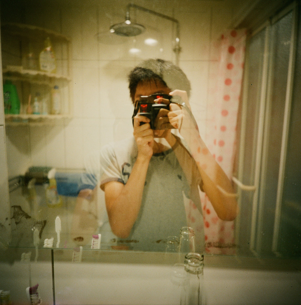 浴室 自己 重複曝光 / Lomo LC-A 120 2015/11/01 突然很想拍 120 底片,找了一下午一直找不到想要的中片幅相機,只好先去買 Lomo LC-A 120 相機。  第一卷 Lomo 120 底片成果,通常第一卷底片都很隨意的拍,因為想要看最後呈現的效果如何,所以有的在樓梯間、重複曝光在浴室以及跑去台北火車站附近的華陰街拍大樓逃生梯。  120 底片好處就是不用裁圖就可以直接呈現在 instagram XD,唯一的缺點就是一捲只能 12 張!!拍的不夠爽快!但還是很好玩啦!  Lomo LC-A 120 Lomography Color Negative 800 120mm 2507-0004 Photo by Toomore