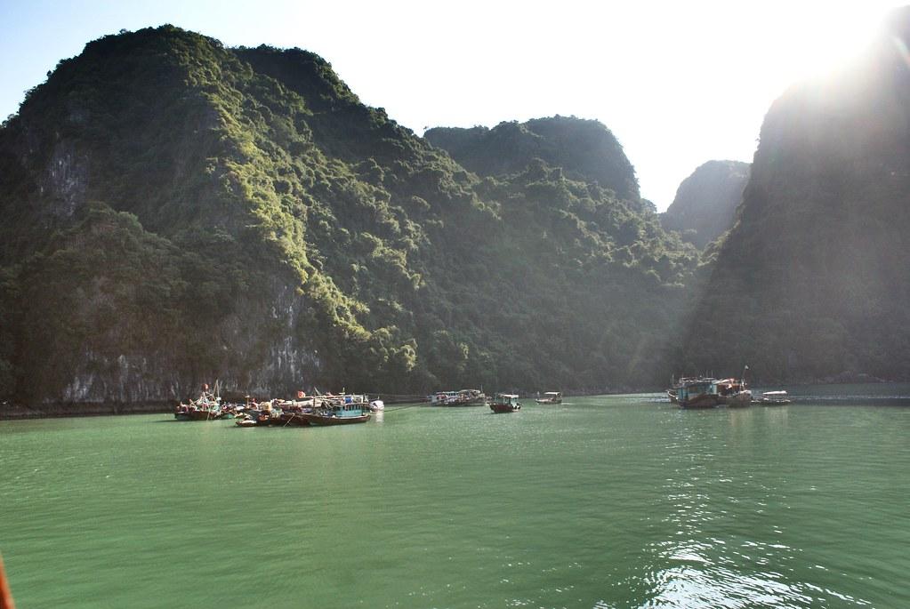 Village de pêcheurs dans la baie d'Halong au Vietnam.