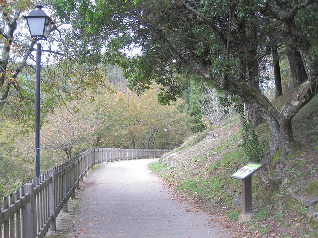 Senda en la Senda Botánica del Castillo de Sobroso