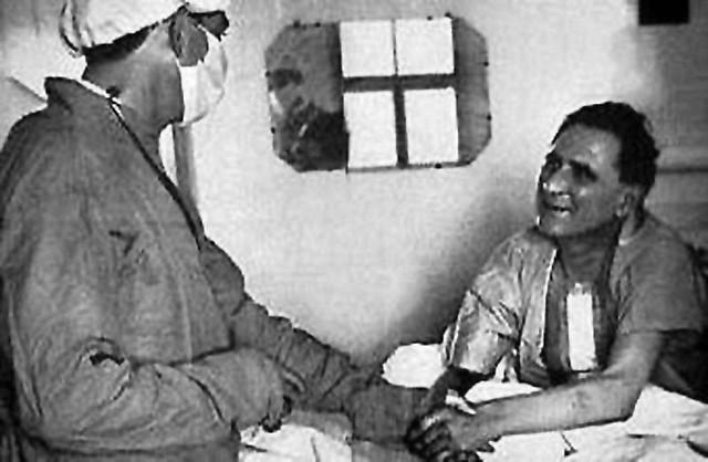Christiaan Barnard serrant la main de Louis Washkansky