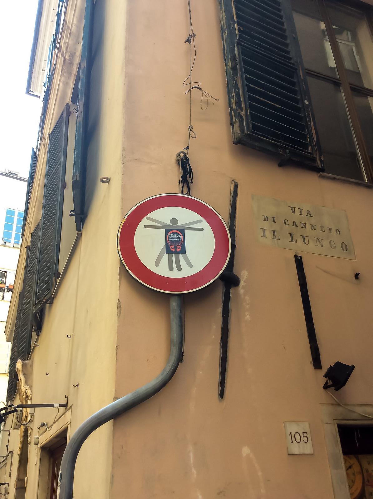 Генуя - И снова странные разрисованные знаки. Видел такие же во Флоренции.