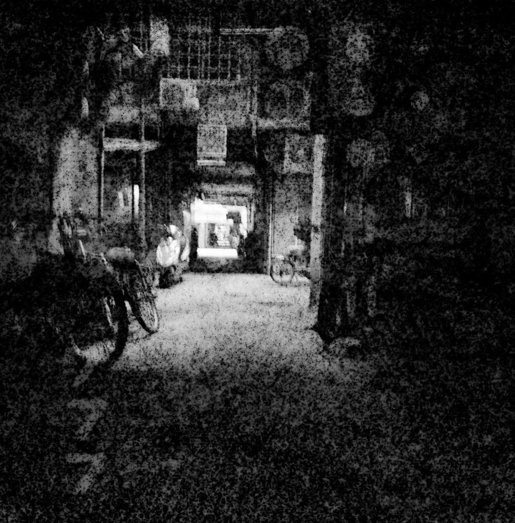 南機場公寓 / Lomo LC-A 120 / Exipred Films 2015/11/07 裝了一捲過期的 Lomo 黑白底片,在南機場公寓、夜市走走拍拍,看看拍出來的效果如何。過期的底片沖出來會把紙卷上的數字給印出來,很神奇的效果。  有一張巷子裡的腳踏車拍的很清楚,其實我記得我是對焦在後面停車的情侶,只是不知道為什麼出來會是那台腳踏車那麼清楚。  下次應該找亮一點的地方拍!  Lomo LC-A 120 Lomography Black and White Negative 100 ISO 120mm (Expired: 2012/12) 2941-0010 Photo by Toomore