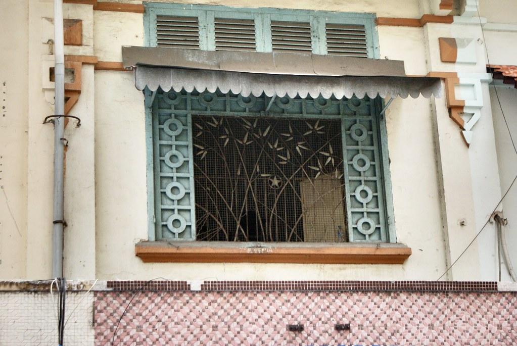 Belle grille sur une fenêtre à Saigon dans le motif de bambou.
