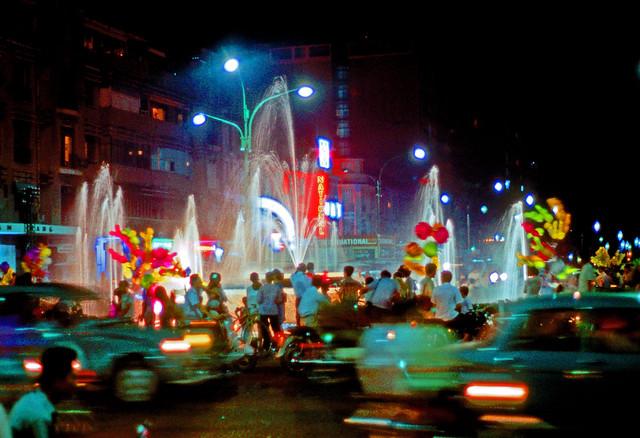 Saigon 1969-70 - Photo by Leroy P. McCarty - Bồn phun nước Công trường Lam Sơn, đêm Saigon