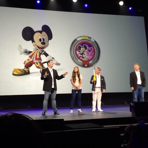 ディズニーインフィニティ3.0にキーブレードが登場。さらに会場全員にD23 Expo限定の王様ミッキーコスチュームをプレゼント。一般リリース予定なし!