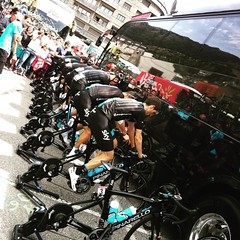 #teamsky warms up with no rear wheels and their backs to the crowd #vueltaespaña #lavuelta