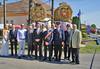 Gruppenbild der Ehrengäste vor den Stroh-Maskottchen der Billeder Dorffestveranstaltungen. Foto: Cornel Gruber