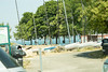 День 6. Женева и Швейцарская ривьера - вот например парк на берегу озера. Справа катамараны, слева газон для загарания, впереди спуск к воде. Вода - наипрозрачнейшая.