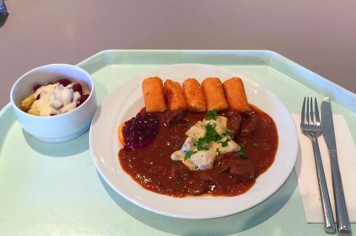 Venison chop with mushrooms & croquettes / Geschnetzeltes vom Wild mit Pilzen & Kroketten