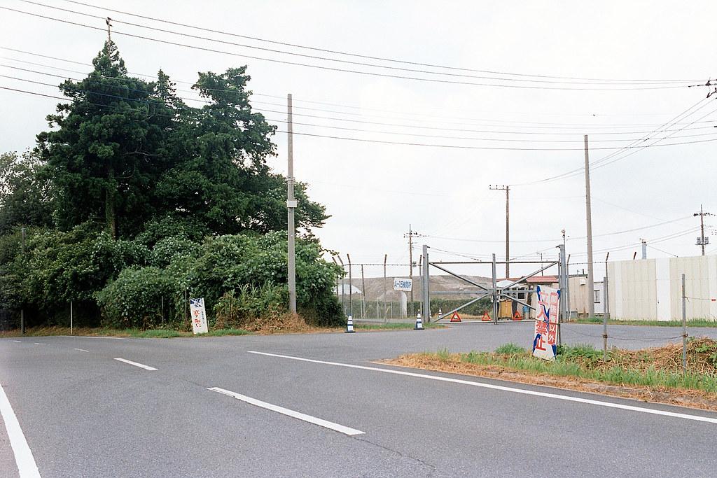 """管制區 芝山千代田 Shibayama-Chiyoda 2015/08/11 我走到一個看起來像是管制區的地方,我以為這裡可以通往釘子戶,但是看到有警衛。後來我回來後查尋地圖,發現走錯地方,不是這裡,所以我錯過釘子戶的位置。  Nikon FM2 / 50mm FUJI X-TRA ISO400  <a href=""""http://blog.toomore.net/2015/08/blog-post.html"""" rel=""""noreferrer nofollow"""">blog.toomore.net/2015/08/blog-post.html</a> Photo by Toomore"""