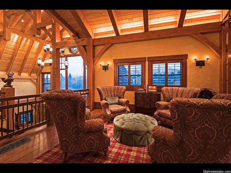 Красивый деревянный интерьер