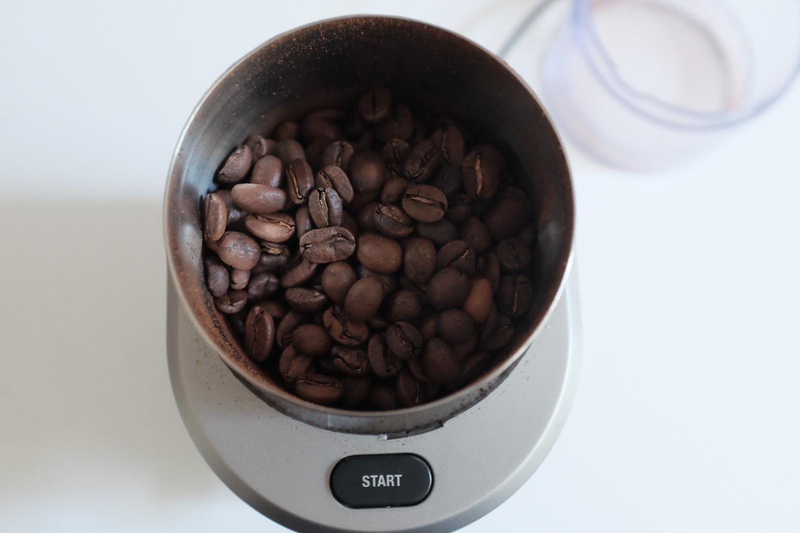 커피를 블렌더에 갈아준다