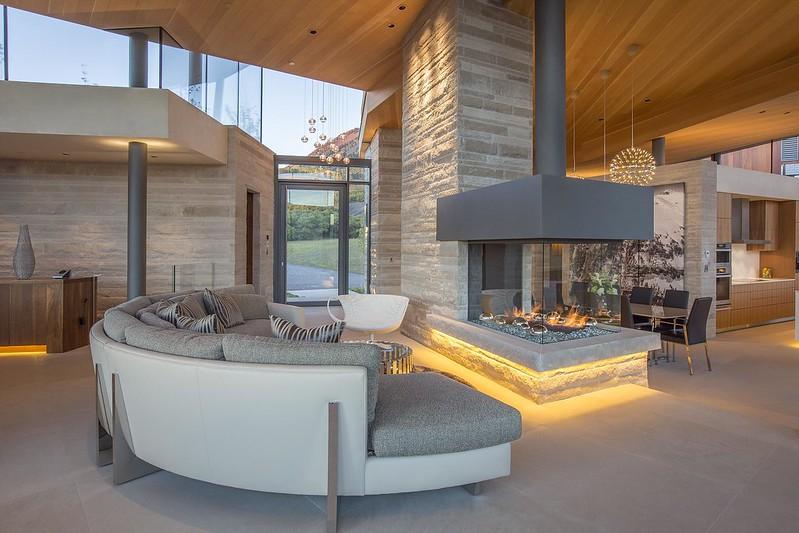 Стеклянный камин дома в горах Колорадо