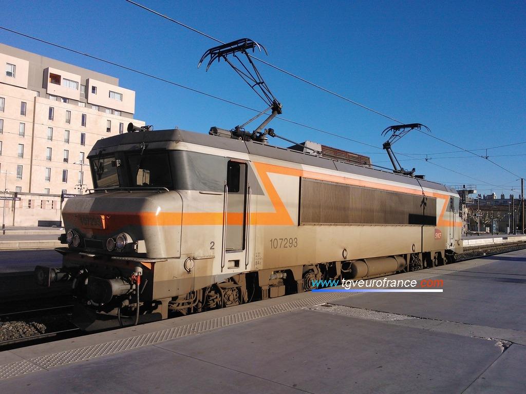 La locomotive électrique monotension BB 7293 Alsthom en gare de Marseille Saint-Charles