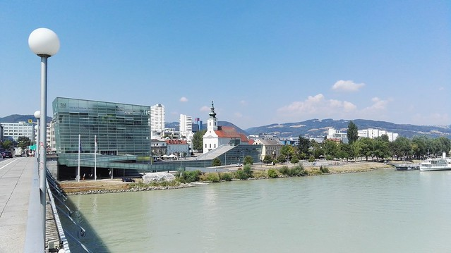 Die Donau mit dem Ars Electronica Center