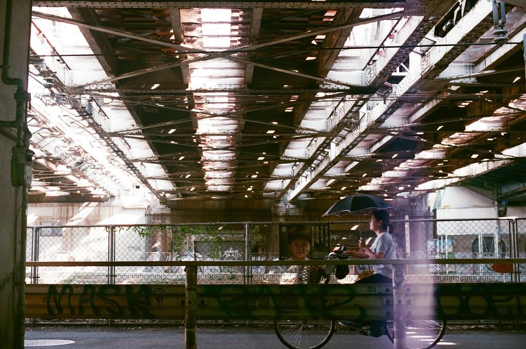 中津駅 大阪 Osaka 2015/09/22 從池田回到大阪市區要前往一間手作印刷品的工廠,在中津駅這一站下車。一出車站就是鐵軌橋下,下午左右,有漂亮的光影!  Nikon FM2 Nikon AI Nikkor 50mm f/1.4S AGFA VISTAPlus ISO400 0945-0030 Photo by Toomore