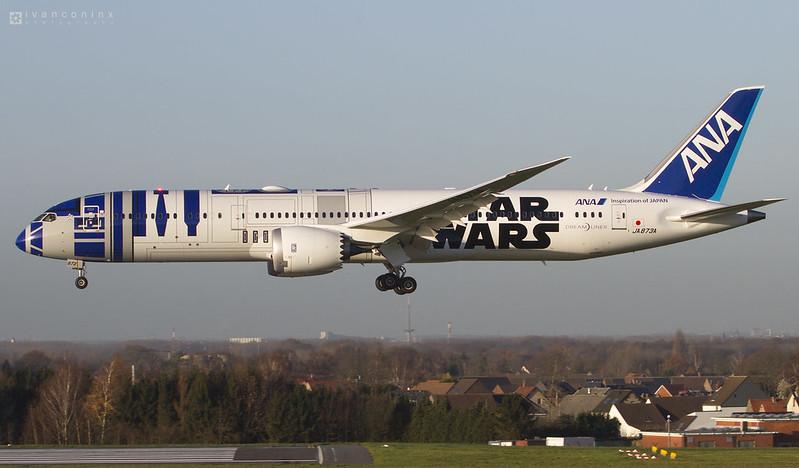 Boeing 787-9 Dreamliner – All Nippon Airways - ANA – JA873A – R2-D2 ANA JET – Brussels Airport (BRU EBBR) – 2015 12 09 – Landing RWY 25L – 03 – Copyright © 2015 Ivan Coninx