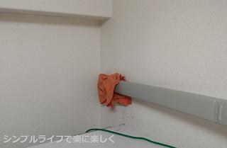 キッチン掃除、冷蔵庫上の壁掃除中