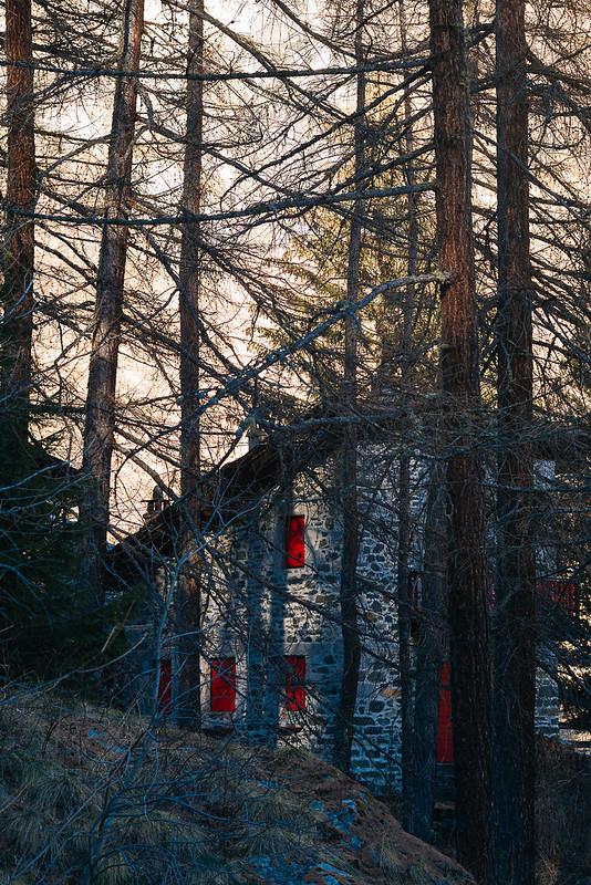La casa con le finestre rosse